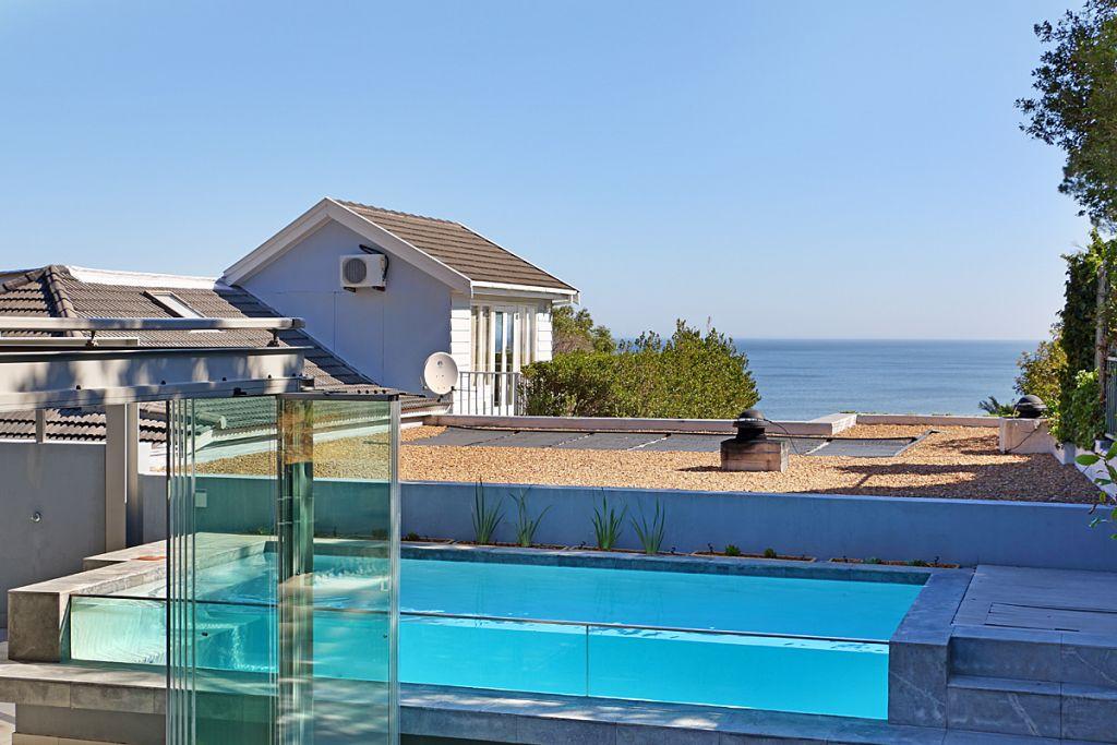 7 Views pool & sea from bar