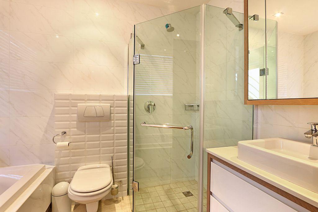 Studio ensuite bathroom